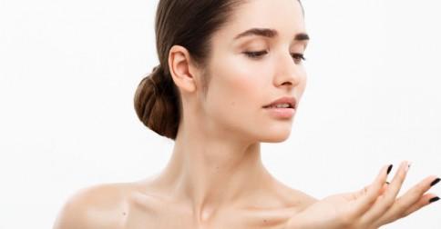 conceito-beleza-juvenil-cuidados-com-a-pele-close-up-beautiful-caucasian-woman-face-portrait-beautiful-spa-modelo-menina-com-perfect-fresh-clean-skin-sobre-fundo-branco_1258-1718